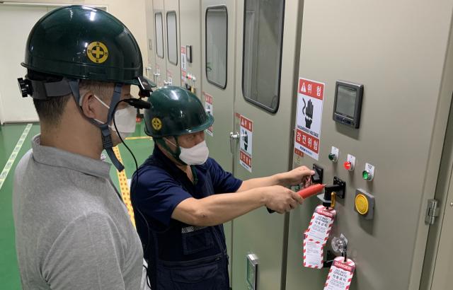 해양환경공단 직원이 IoT 안전장비로 사옥 안전관리를 진행하고 있다.<사진제공=해양환경공단>