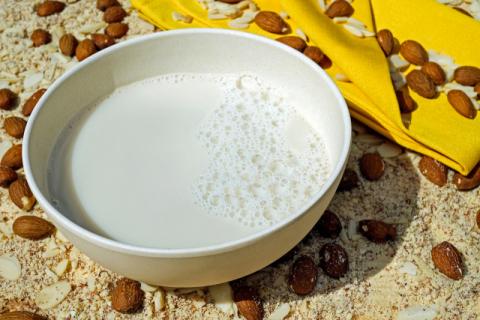 우윳값 인상에 주목받는 대체우유…식품업계,  관련 제품 본격 출시